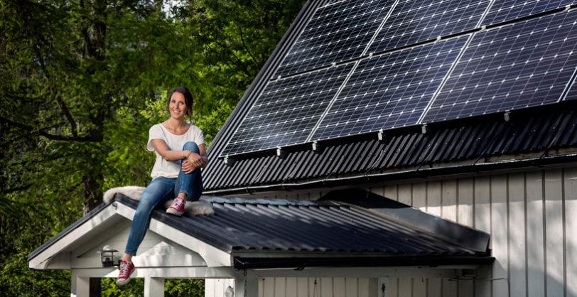 solceller-tak-kvinna-farstukvist